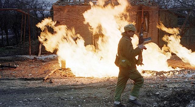 GUERRA. En la foto del 14 de enero de 1995, un rebelde checheno camina frente a una casa destruida en Grozny, ciudad de Chechenia foco de ataques.