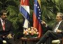 El presidente de Cuba, Raúl Castro (d), y su homólogo venezolano, Nicolás Maduro (i), en una reunión oficial  en el Palacio de la Revolución de La Habana (Cuba).