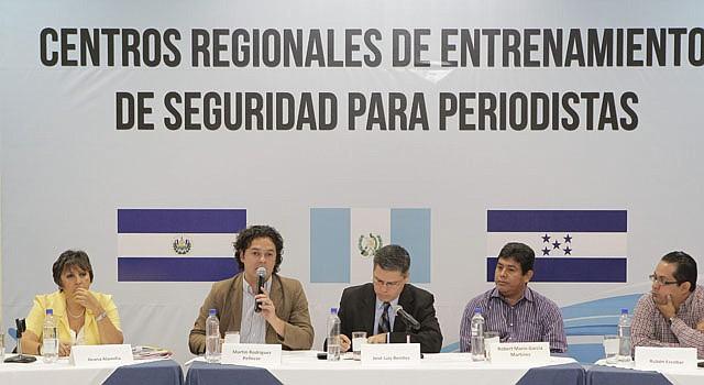 El periodista guatemalteco Martin Rodriguez (segundo de izq a der) habla junto a otros colegas el martes 30 de abril, en San Salvador, durante el acto de lanzamiento de un centro de entrenamiento sobre seguridad para periodistas de El Salvador, Guatemala y Honduras, como parte de un programa mundial de defensa de la libertad de expresión.