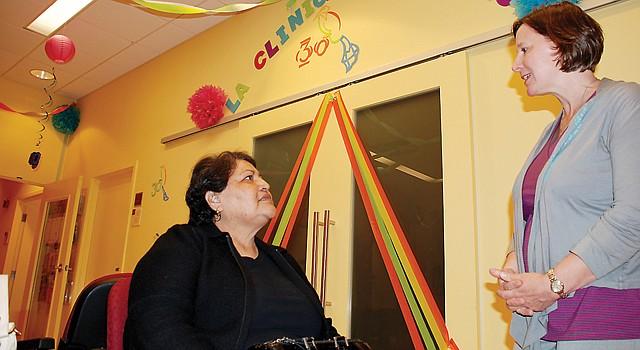 DC. Alicia Wilson (der.), directora de La Clínica del Pueblo habla, el 1, con Elsa Gómez, paciente desde hace 26 años.