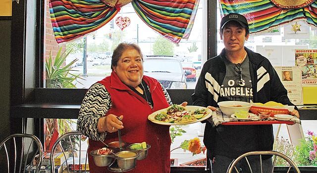 DUEÑOS. Aracely y su esposo Salvador Moya muestran algunos de los platos que preparan en su restaurante el 29.