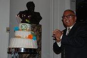 El doctor Juan Romagoza, con el pastel que celebra los 30 años de La Clínica del Pueblo, el 4 de mayo en la OEA.