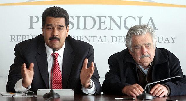 El presidente venezolano Nicolás Maduro (izq.) habla junto a su par uruguayo José Mujica durante una rueda de prensa el martes 7 de mayo  después de una reunión en Montevideo, Uruguay.