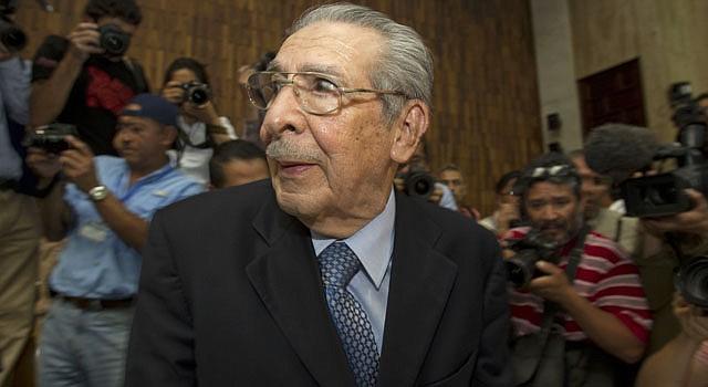 El ex dictador guatemalteco José Efraín Ríos Montt, habla con la prensa el viernes 10 de mayo, en la Corte Suprema de Justicia en Ciudad de Guatemala. Ríos Montt, quien gobernó de facto el país entre marzo de 1982 y agosto de 1983, fue condenado el 10 de myo a 80 años de prisión por el genocidio perpetrado durante su gestión contra la etnia indígena ixil.