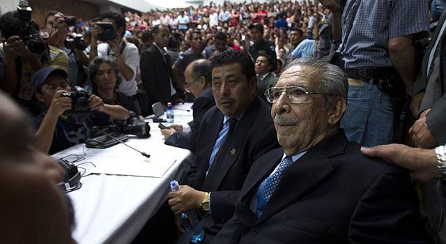 El ex dictador guatemalteco José Efraín Ríos Montt (der.), escucha sentencia el viernes 10 de mayo.