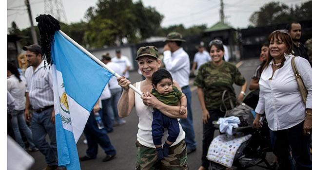 Familiares de soldados guatemaltecos que prestaron servicio durante el conflicto armado (1960-1966) participan en una marcha en apoyo del ex general José Efraín Ríos Montt el, domingo 12 de mayo.