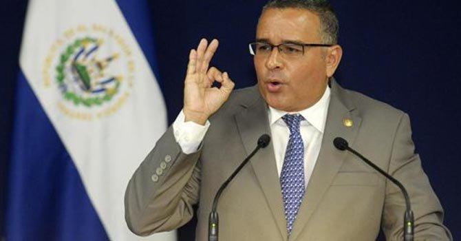 Presidente de El Salvador apoya a mujer que pide aborto