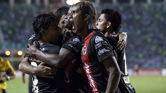El jugador de Tijuana Duvier Riascos (centro) celebra con sus compañeros una anotación ante Palmeiras el martes 14 de mayo durante el partido de octavos de final de la Copa Libertadores en el estadio de Pacaembu en la ciudad de Sao Paulo, Brasil.