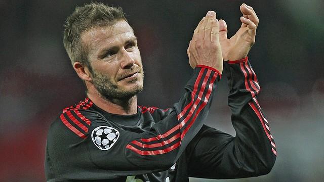 David Beckham aplaude luego de un partido de la Champions League en 2010 mientras jugaba a préstamo de Los Ángeles Galaxy con el AC Milan de Italia.