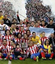 Los jugadores del Atlético de Madrid celebran su título de la Copa del Rey después de derrotar 2-1 al Real Madrid en el estadio Santiago Bernabéu.