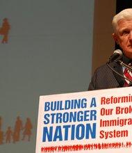 El representante Jim Moran (D-VA) representa al distrito 8 de Arlington, con un gran porcentaje de hispanos.