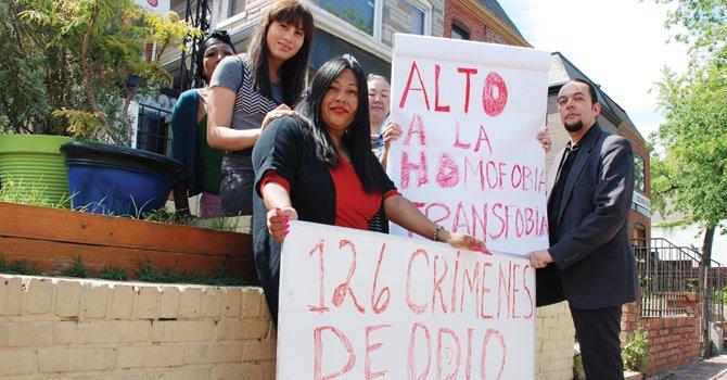EN DC. Ruby Corado (al frente), fundadora de Casa Ruby y Larry Villegas-Pérez lideran la vigilia en la embajada de El Salvador.