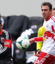 Marcos Sánchez (izq.) en acción con su club D.C. United ante los Red Bulls de Nueva York.