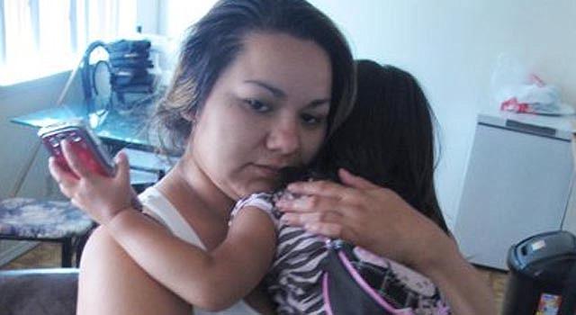 Melissa Torrez, de 27 años, carga a su hija de 4, en su departamento de Albuquerque, Nuevo México, el viernes 17 de mayo del 2013. Torrez persiguió en su vehículo por varios kilómetros a un hombre que había secuestrado a su hija.