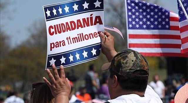 Miles de activistas llegados de diferentes partes de Estados Unidos concentrados frente al Congreso para reclamar el cese de las deportaciones y una reforma de las leyes de inmigración en el país.