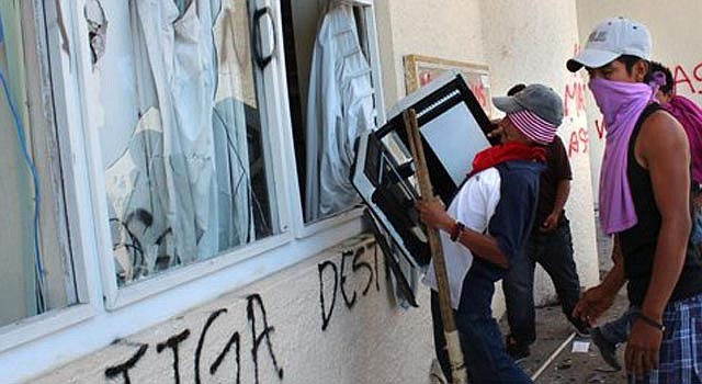 Integrantes de la agrupación Unidad Popular (UP) protestan el lunes 3 de junio de 2013, ante la sede del ayuntamiento del municipio de Iguala, en el estado mexicano de Guerrero, para exigir la localización de cinco de sus integrantes y que se esclarezca el asesinato de otros tres que fueron hallados muertos tras su desaparición.