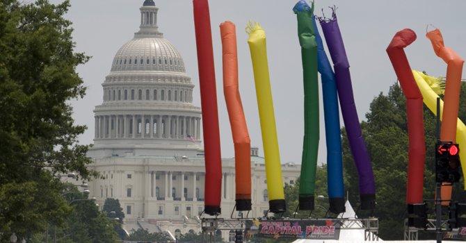 """Homosexuales latinos celebran su """"orgullo gay"""""""