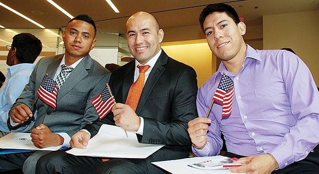 FELICES. Ever Méndez (izq.), Diego Achury y Pablo Enríquez al jurar como ciudadanos el jueves 6 en la Biblioteca Mount Pleasant de DC.