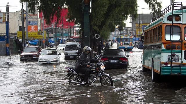 Vista de una calle principal inundada por las intensas lluvias en la capital guatemalteca.