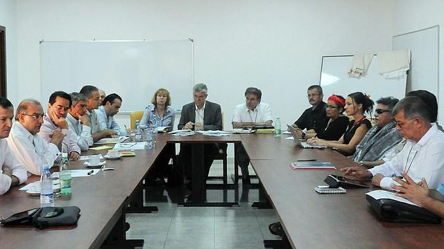 La delegación del Gobierno, liderada por el exvicepresidente Humberto de la Calle (3-izq.), y el equipo negociador de las FARC, al mando de Luciano Marín, alias Iván Márquez (3-der.), reciben el miércoles 12 de junio las propuestas del foro de participación política, que se llevó a cabo a finales de abril en Bogotá.