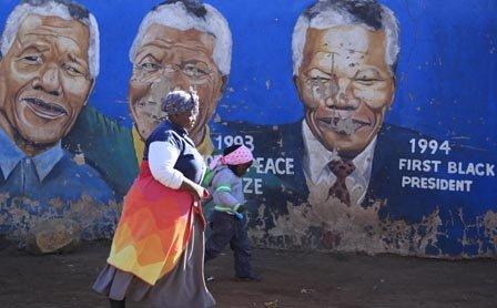 Nelson Mandela cumple un mes hospitalizado