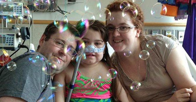 Dan de alta a niña que recibió pulmones
