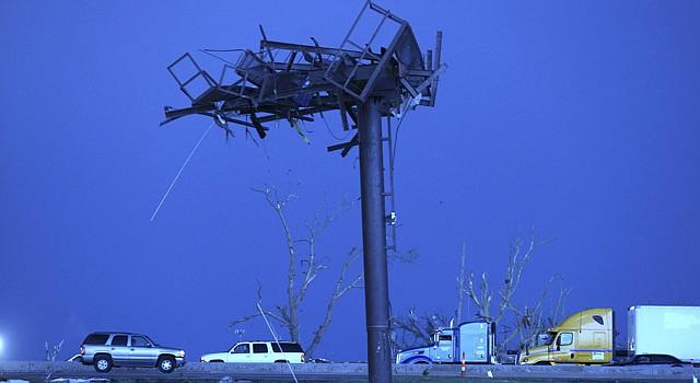 Estado en el que quedó un poste informativo junto a una autopista por el paso de un tornado en Oklahoma en mayo.