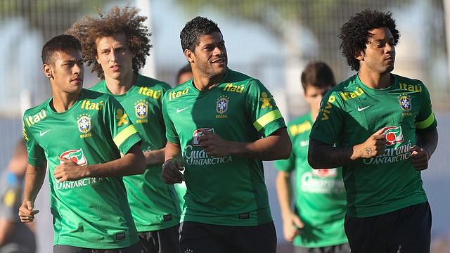 Neymar (izq.), no podrá jugar por sanción ante Chile y Venezuela. David Luiz, Hulk y Marcelo sí están en la convocatoria del técnico Dunga.