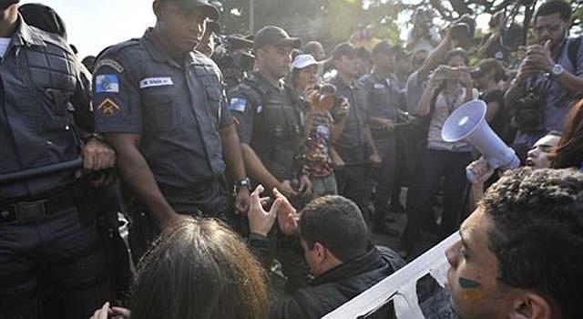 Esta fotografía muestra a manifestantes arrodillados frente a la policía en Río de Janeiro, Brasil, el domingo 16 de junio de 2013. La policía dispersó una pequeña protesta contra el alza en el pasaje del transporte público frente al estadio Maracaná, en Río de Janeiro, antes del comienzo del juego entre México e Italia en la Copa Confederaciones.