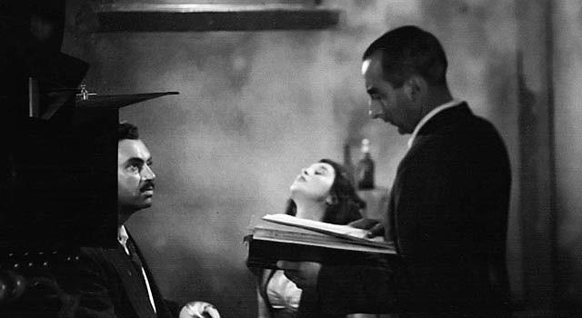 """El cineasta Miguel Morayta (derecha) dirige a Pedro Armendáriz (izquierda) durante el rodaje de la película """"Camino al Infierno"""" de 1946 en Ciudad de México."""