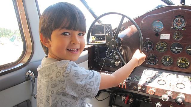 El niño venezolano Daniel Alejandro Silva Díaz al frente de los controles de un jet en el Museo del Aire y el Espacio de Chantilly, Virginia, el sábado 15 de junio.