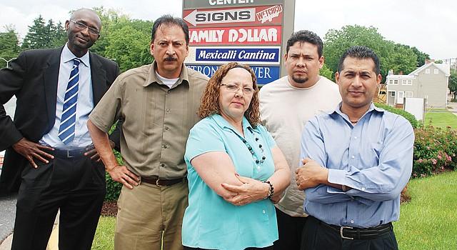 MD. Izq. a der., Abdoul Konare, abogado; Tony Naranjo, empresario; Candy Montenegro, activista; un inmigrante que se identificó como Juan, y José Hernández, empresario.