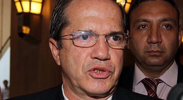 El ministro de Relaciones Exteriores de Ecuador, Ricardo Patiño habla con reporteros durante una visita oficial a Vietnam, el lunes 24 de junio de 2013. El canciller confirmó que su gobierno está analizando una solicitud de asilo de Edward Snowden, el ex contratista de inteligencia que reveló dos programas secretos de vigilancia del gobierno estadounidense.