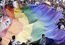 La declaración de inconstitucionalidad de la ley DOMA implica que los matrimonios homosexuales podrán comenzar a recibir beneficios federales en los estados donde es reconocido el matrimonio gay.