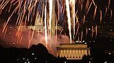 Los fuegos artificiales alumbran los sitios históricos y los monumentos de Washington, DC.