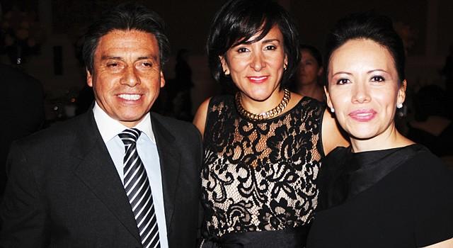 EVENTO. La presidenta de la GWHCC, Ángela Franco (centro) junto a Paola Moya, premiada como Estrella Naciente.