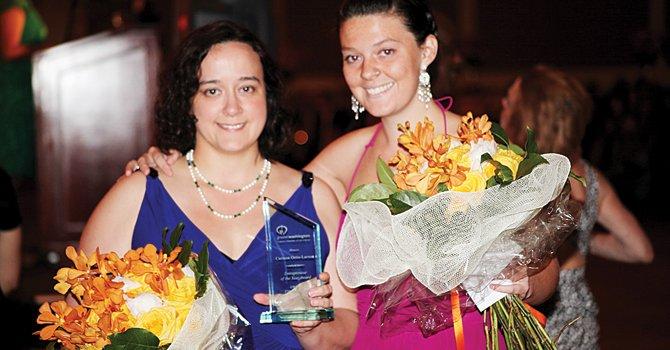 HIJAS. Emma y Michelle Ortiz recibieron el premio otorgado a su mamá Carmen Ortiz-Larsen como Empresaria del Año, el viernes 21.