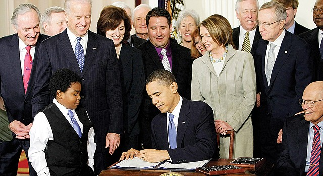 HISTÓRICO. El presidente Barack Obama firma la Ley de Cuidado de Salud a Bajo Precio, el 23 de marzo de 2010. Hoy pasa su gran prueba de fuego.
