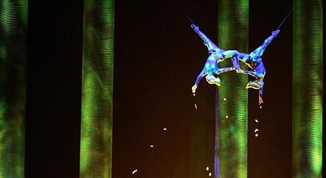 Sarah Guyard-Guillot (izquierda) durante una actuación de su show en el cirque du soleil en las Vegas
