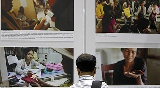 Persona visita una exhibición sobre el sida en la Conferencia de la Sociedad Internacional del Sida en Kuala Lumpur, Malasia