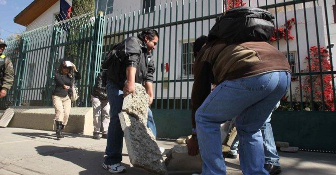 Bolivia: apedrean embajada de Francia en La Paz