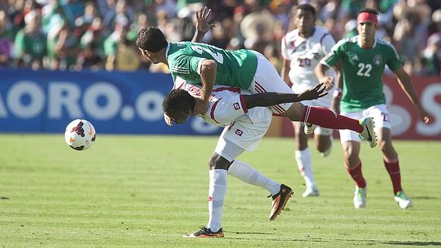El jugador panameño Cecilio Waterman (centro abajo) compite por el balón con el mexicano Javier Orozco (centro arriba) el domingo 7 de julio durante el partido de Panamá contra México en la Copa de Oro en Pasadena, CA.