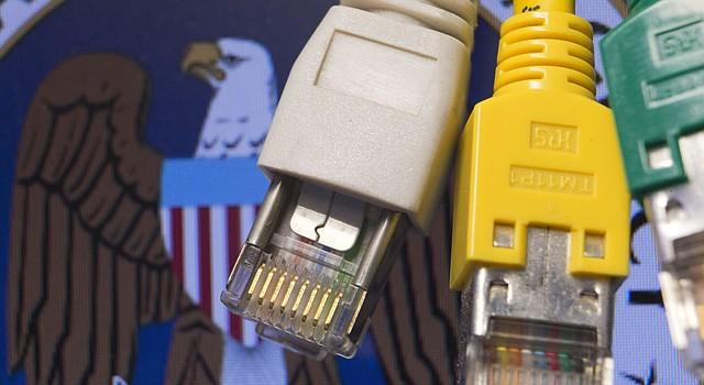 Imagen que muestra varios cables de red sobre el logotipo dela Agencia de Seguridad Nacional (NSA) de Estados Unidos.