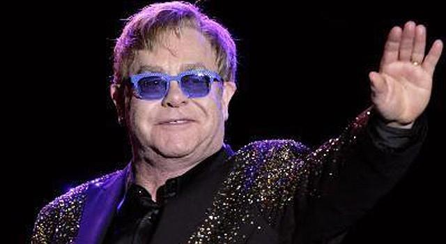 El cantante británico Elton John en una presentación de concierto.