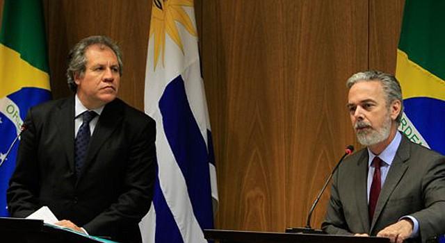 El canciller de Brasil Antonio Patriota, derecha, habla en una rueda de prensa conjunta con el canciller uruguayo Luis Almagro en el Palacio Itamaraty, en Brasilia, Brasil.