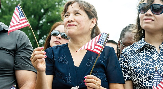 ORGULLO. Clara del Carmen Ramírez (izq.) de El Salvador, juramenta como ciudadana el jueves 4, en Mount Vernon, VA, en el Día de la Independencia.