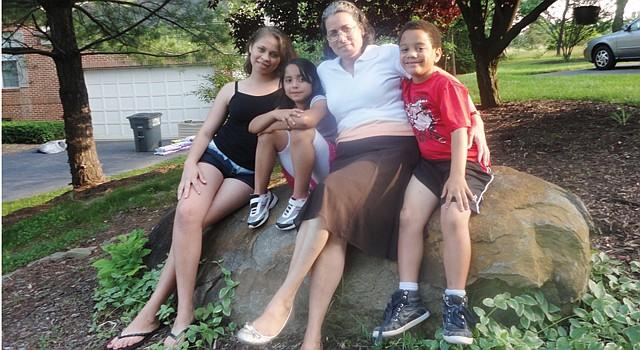 JUNTOS. Norma Rodríguez con Suyapa, de 13 años (izq.), Hillary y Antonio, de 7, en su casa de Centreville, el 3.