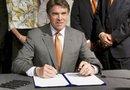 El gobernador promovió fuertemente la iniciativa para controlar el aborto en Texas, que con su firma se convierte en ley.