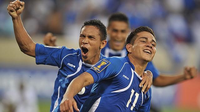 El delantero salvadoreño Rodolfo Zelaya (der.) en un partido de la Copa Oro 2013.