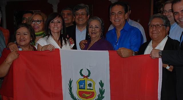 El cónsul de  Perú, César Jordán (centro), organizadores del Festival Peruano de Virginia y representantes de la comunidad peruana en el área.